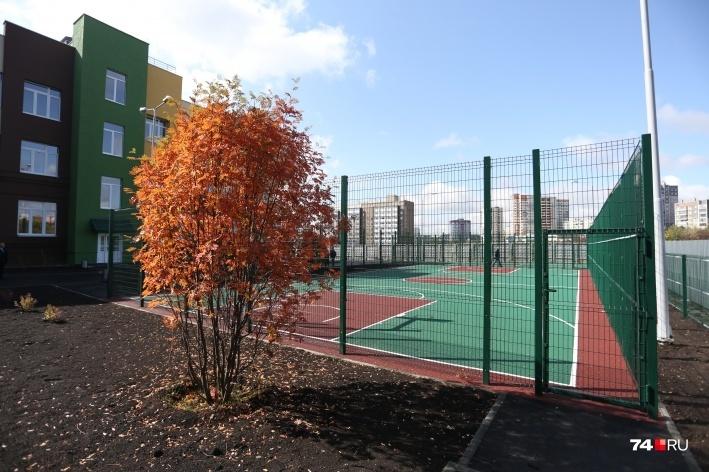 В лицее есть футбольное поле, теннисный корт, баскетбольная площадка с антитравматическим покрытием