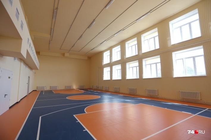 В школе два многофункциональных спортивных зала, один из которых предназначен для занятий фитнесом, аэробикой, хореографией