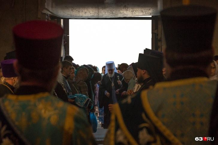 Владыке помогали представители духовенства