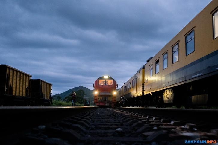 На север Сахалина по широкой колее отправился первый пассажирский поезд