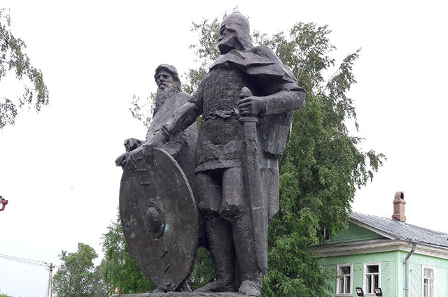 Памятник Рюрику и Вещему Олегу в Старой Ладоге