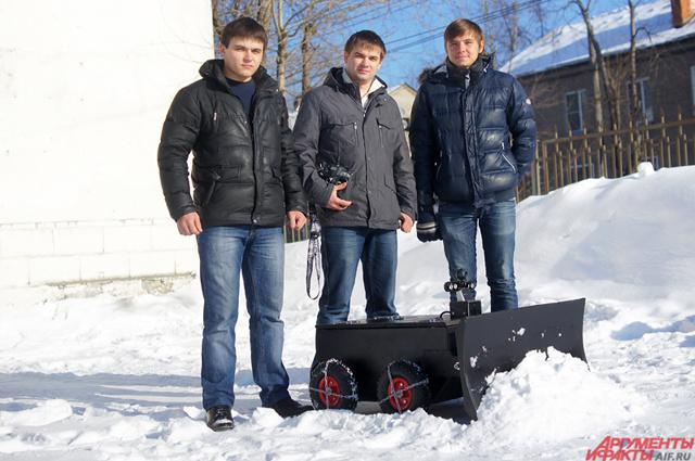Ребята буквально за месяц собрали небольшого робота-снегоуборщика.