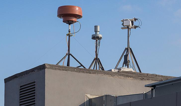 Благодаря интеграции с системой «ЕНОТ» (слева) и модулем радиочастотного обнаружения от Rohde & Schwarz (в центре) решение Kaspersky Antidrone (справа) теперь обеспечивает трехслойную защиту объекта: по излучаемому радиосигналу, радиолокационному анализу и обработке видеоданных нейронной сетью. Источник: Пресс-служба «Лаборатории Касперского»