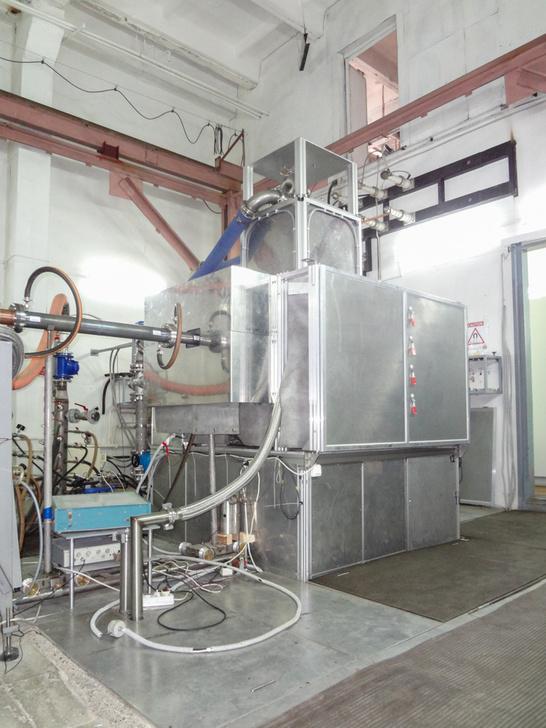 В гиротронный комплекс входят источники питания, системы охлаждения, защиты и управления