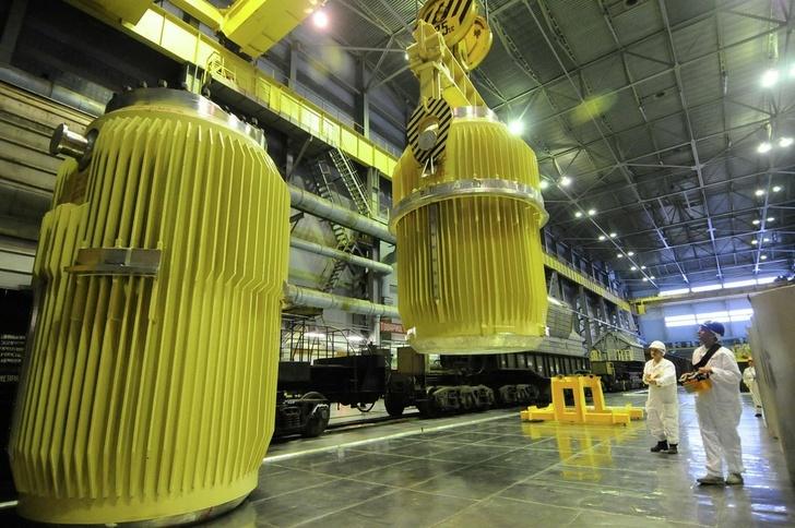 Транспортные операции с контейнерами радиоактивных элементов. Архивное фото
