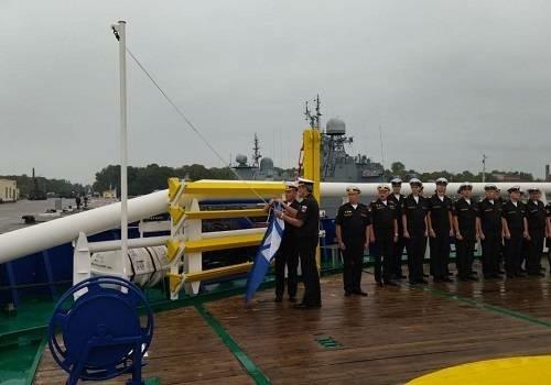 В Кронштадте прошла церемония подъема флага на судне тылового обеспечения