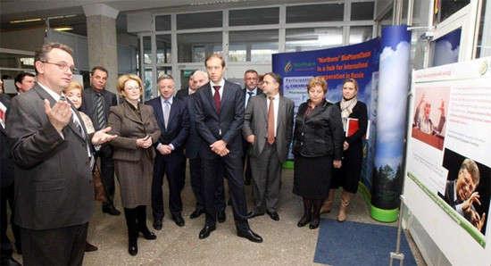 На фото: Профессор Андрей Иващенко, член наблюдательного совета МФТИ (слева), представляет гостям проекты МФТИ в области «живых систем»