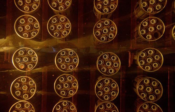 """Сборки топливных элементов с АЭС, погруженные в бассейн с конденсатом, в цехе хранения отработанного ядерного топлива на ПО """"Маяк"""""""