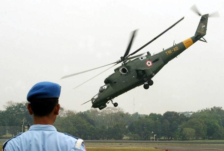 Вертолет Ми-35 во время демонстрационного полета на авиабазе Халим в Джакарте, 2003 год EPA PHOTO/EPA/ARDILES RANTE