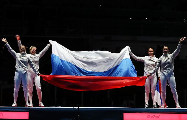 Российские саблистки после победы над командой Украины в финале командного турнира на Олимпиаде-2016