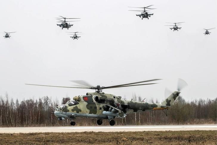 Ми-24 (внизу) и Ка-52 (вверху) Сергей Бобылев/ТАСС