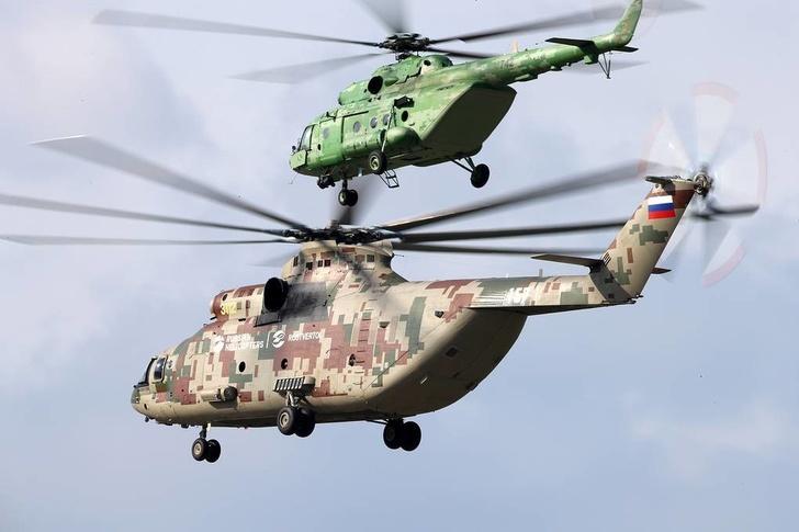 Вертолеты Ми-26Т2В и Ми-17 (слева направо) во время подготовки к открытию авиасалона МАКС-2019 Марина Лысцева/ТАСС