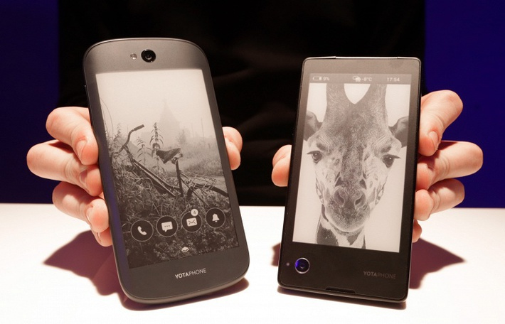 YotaPhone 2 (слева) и YotaPhone © Артем Геодакян/ТАСС