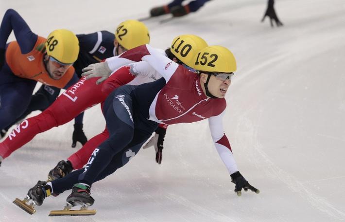 Семен Елистратов на дистанции 1500 м на чемпионате мира шорт-треку в Москве