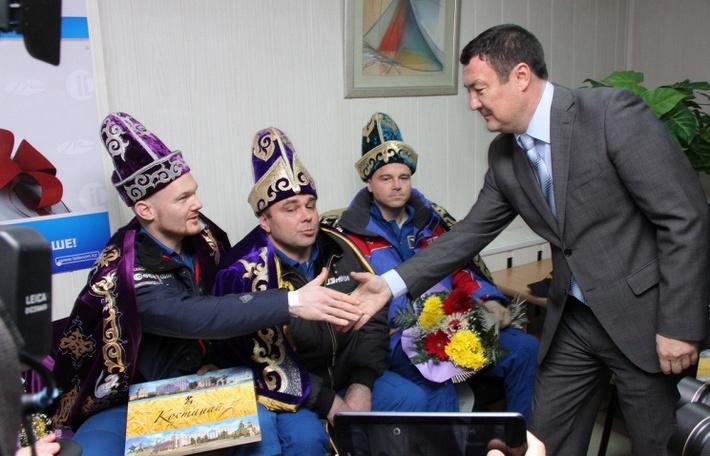 Представитель казахстанской делегации вручил национальные казахские костюмы экипажу МКС