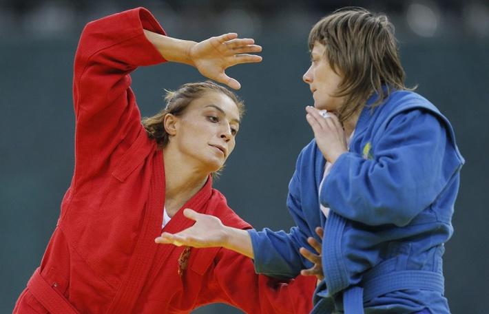 Яна Костенко (слева)