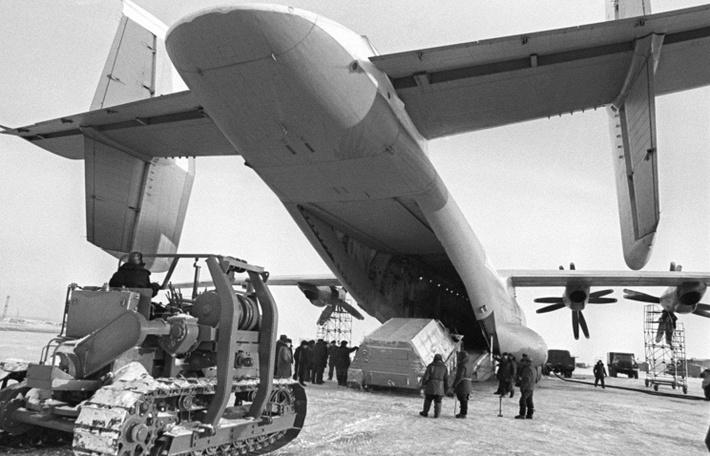 5.01.1974 Тюмень. На снимке: момент погрузки техники в мощный самолет АН-22.