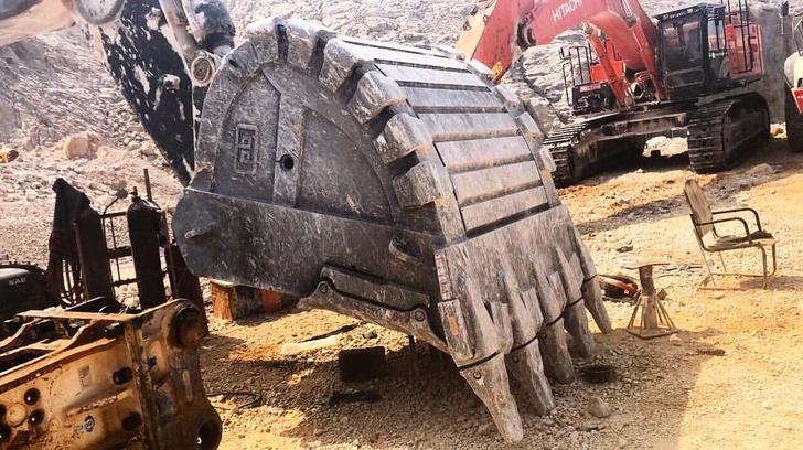 ковш компании «Профессионал» на экскаваторе в Омане
