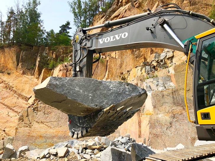 Ковш для блочного камня на гусеничном экскаваторе Volvo EC460 в Чехии