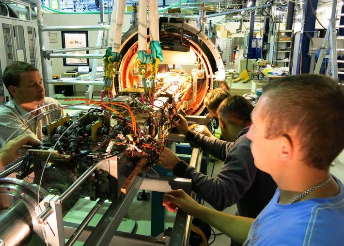 Сотрудники ИЯФ СО РАН производят финальную сборку вигглера после доставки в г. Карслруэ, Германия