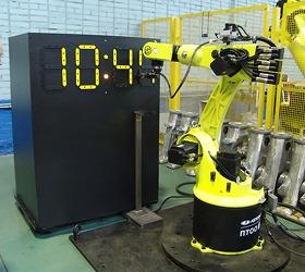 """Роботизированный технологический комплекс, разработанный ООО """"ВМЗ"""" выполняет эмуляцию дисплея электронных часов в реальном времени"""
