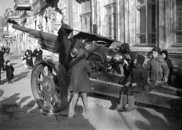 Румынское тяжелое орудие, брошенное в Севастополе