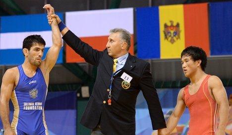Российский спортсмен Нариман Исрапилов (слева) и Самат Уулу Надырбек (Кыргызстан)