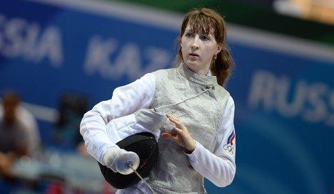 Лариса Коробейникова (Россия) в финальном поединке по фехтованию на рапирах с Мартиной Батини (Италия)