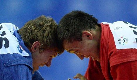 Россиянин Илья Хлыбов (в синем) и Багдат Жарыгласов из Казахстана