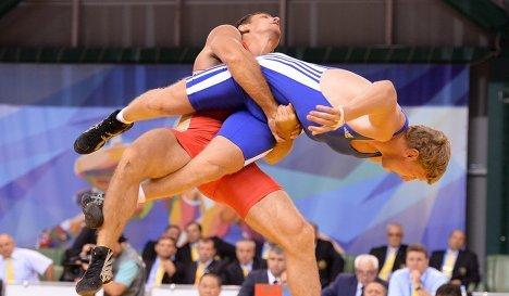 Российский спортсмен Никита Мельников (слева) и Артур Алексанян (Армения)