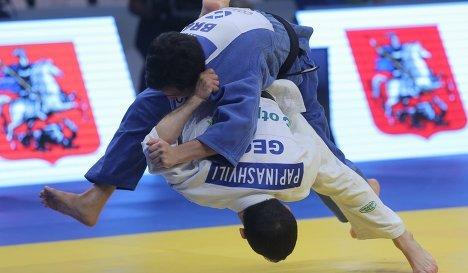 Грузинский спортсмен Амиран Папинашвили (внизу) в поединке против бразильца Фелипе Китадаи