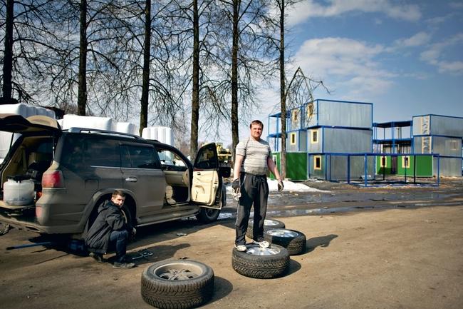 Будни миллионера. Магнат Олег Кузин меняет резину на своем автомобиле
