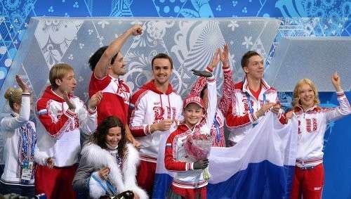 Российская фигуристка Юлия Липницкая (в центре)