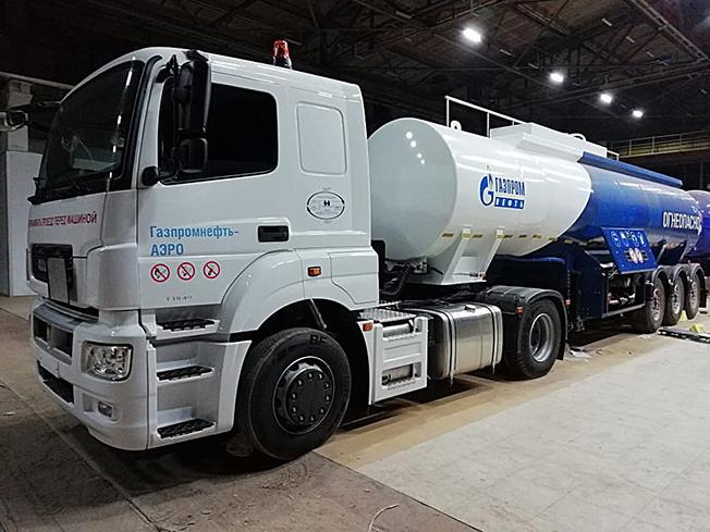 «РУСКОМТРАНС» изготовил автопоезд в составе седельного тягача КАМАЗ-5490-S5 и полуприцеп-цистерну
