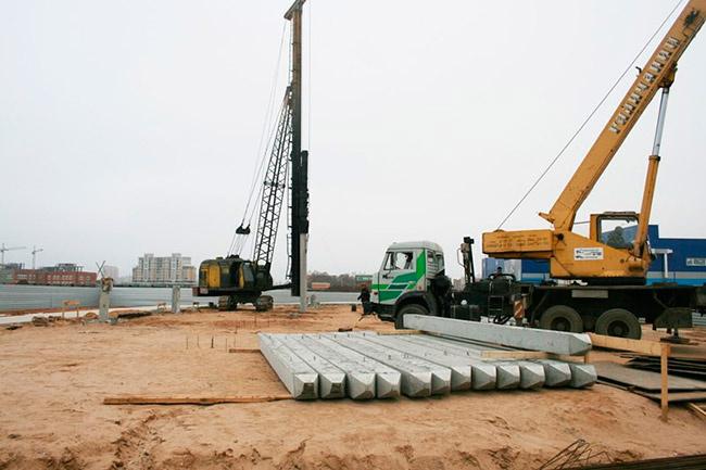 Ведется забивка свай под строительство будущего научно-производственного комплекса компании «СИЛА»