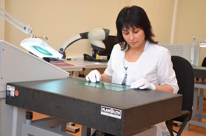 Проверка качества на предмет деформации печатной платы в отделе контроля качества