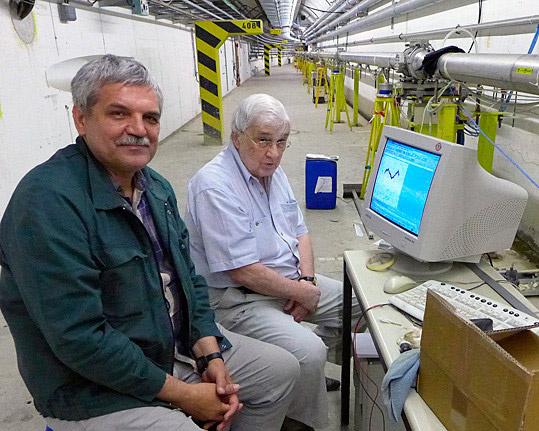 Разработчики нового прибора Юлиан Будагов (справа) и Михаил Ляблин в транспортном туннеле ЦЕРН