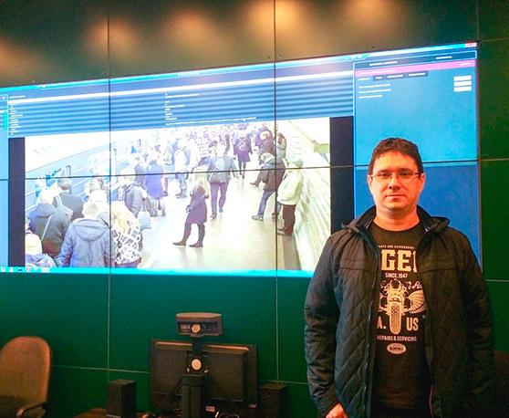 Заместитель генерального директора ООО «Радужные технологии» Павел Сажин рядом с видеостендом ситуационного центра метрополитена в г. Санкт-Петербурге