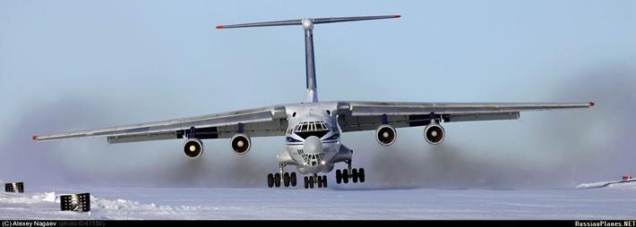 В похожих условиях - посадка на ледовую ВПП станции Новолазаревская, боковой ветер 15 мс, Антарктида