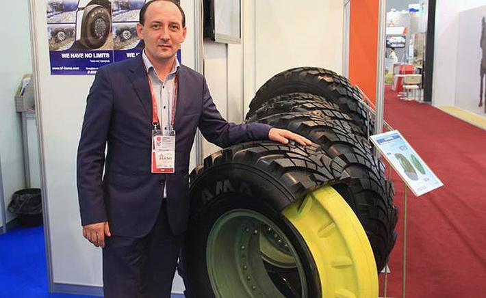 Главный конструктор ПАО «Нижнекамскшина» Марат Хафизов и шины для армейских автомобилей