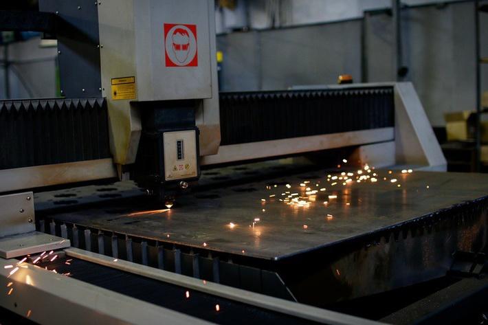 Станки на заводе в основном советские, но есть и новые, например эта лазерная вырезалка. история, мотоцикл, производство, россия, урал, фотография