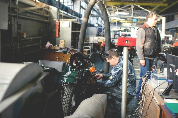 На специальном стенде тестируют и обкатывают каждый мотоцикл. история, мотоцикл, производство, россия, урал, фотография