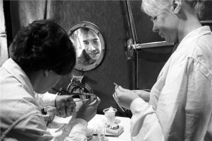 Идет сеанс очередной связи с испытателями в установке «БИОС-3». На связи испытатель Владислав Терских (в иллюминаторе), фото 1973 года.