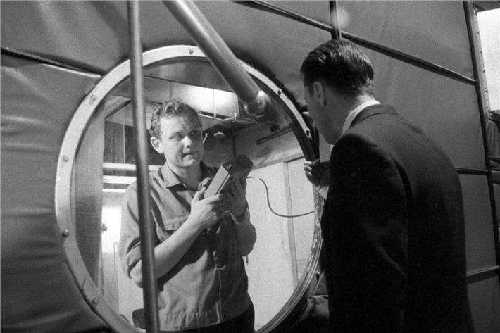 Связь с внешним миром участников эксперимента на установке «БИОС-3» осуществляет Николай Петров с помощью переговорного пульта, фото 1973 года.