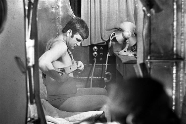 На фото запечатлен момент подготовки ко сну участника шестимесячного эксперимента в «БИОС-3» Николая Бугреева, фото 1973 года.