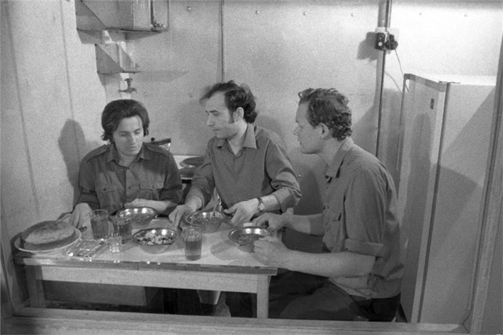 Обед участников 6-месячного эксперимента в «БИОС-3»: Мария Шиленко, ВладиславТерских и Николай Петров, фото 1973 года.