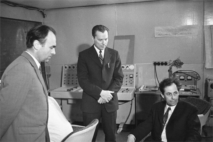 Во время шестимесячного научного эксперимента на установке «БИОС-3», представляющей собой замкнутую экологическую систему жизнеобеспечения с автономным управлением. У пульта управления установки слева направо руководители эксперимента: Генрих Лисовский, Юлий Окладников и Иосиф Гительзон, фото 1973 года.