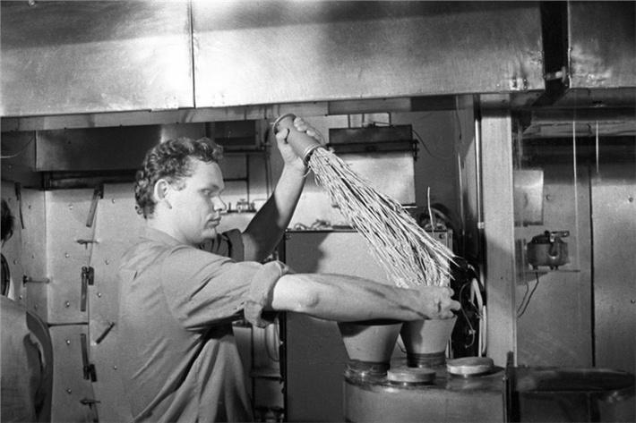 Николай Петров в «БИОС-3» ведет обмолот выращенной пшеницы в специально сконструированной для этого эксперимента мельнице, эксперимент проходил 1973 году.