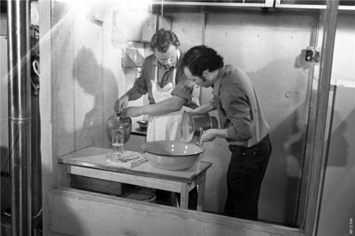 Участники эксперимента на экспериментальной установке «БИОС-3» приготовлением очередного обеда. Установка представляла собой замкнутую экологическую систему жизнеобеспечения с автономным управлением, фото 1973 года.