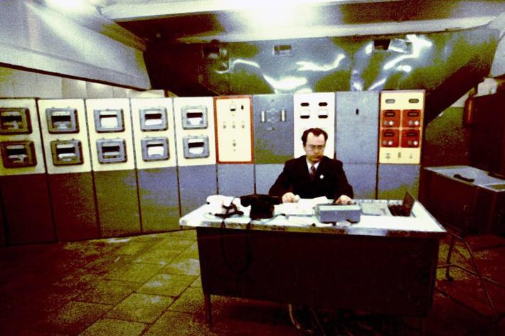 Борис Ковров за пультом управления биологическими и медицинскими параметрами в установке «БИОС-3» (во время выполнения экспериментов по замыканию массообмена)